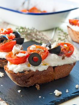 tosta griega feta tomates asado destacada